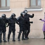 2017 - Una donna discute con i funzionari di polizia della Bielorussia che bloccano una strada durante un raduno di opposizione a Minsk, in Bielorussia, dove centinaia di persone sono state arrestate in occasione di proteste contro il presidente autoritario Alexander Lukashenko