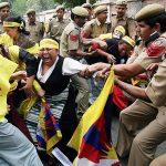 2008 - Forze dell'ordine indiane bloccano una donna tibetana durante una dimostrazione all'ambasciata cinese. In occasione della giornata di rivolta femminile tibetana, Nuova Delhi