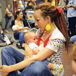 2011 - Donne polacche dimostrano che l'allattamento al seno non è un atto osceno, nella metropolitana di Varsavia, in reazione ad un divieto imposto dalle autorità della città su un progetto d'arte, ritratti di madri che allattano al seno