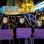 2015 - Donne mascherate protestano contro la violenza di genere durante una manifestazione a Madrid per la giornata internazionale contro la violenza di genere