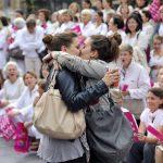 2012 - Due donne si baciano durante una dimostrazione contro il matrimonio tra gay in Francia