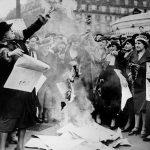 1935 - Femministe bruciano alcuni manifesti elettorali, durante una manifestazione a favore del suffragio delle donne. Parigi, Francia