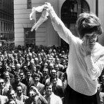 Anni '50 - Le dimostranti rimuovono i loro reggiseni durante una protesta al di fuori di un grande magazzino di San Francisco