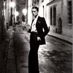 """1966 - Yves Saint Laurent """"regalò"""" alle donne il vestito più maschile per eccellenza, uno smoking. Un simile outfit fu trattato come una chiara provocazione, così i ristoratori si rifiutarono di far entrare i completi dello stilista nei propri locali"""