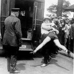 1922 - Una donna viene arrestata per aver indossato un costume da bagno e aver scoperto le gambe, Chicago, USA