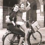 1953 - Berlino Ovest: Due ragazze si affrettano verso casa da scuola per cambiarsi d'abito. I pantaloni corti e quelli aderenti erano infatti stati messi fuori legge dai docenti scolastici in favore di un abbigliamento più modesto, con gonne lunghe per le ragazze e larghi pantaloni.
