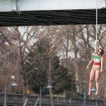 2016 - Un'attivista femminile, Sarah Constantin, appesa ad una corda da un ponte di Parigi per richiamare l'attenzione al grande numero di esecuzioni in Iran. Parigi
