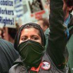 1999 - Una dimostrante tiene un fiore, simbolo di speranza