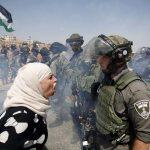 2017 - Una donna palestinese affronta un poliziotto di frontiera israeliana durante una protesta contro gli insediamenti ebraici nella costa occidentale del villaggio di Nabi Saleh