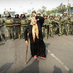 2009 - Una donna protesta contro la polizia cinese