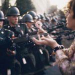 1967 - Una giovane pacifista, Jane Rose Kasmir, infila un fiore sulla baionetta di una guardia al Pentagono durante una protesta contro la guerra del Vietnam