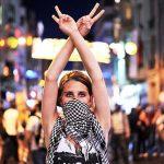2013 - Una manifestante mostra un segno di vittoria durante gli scontri tra i manifestanti e la polizia anti sommossa in piazza Taksim A Istanbul