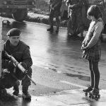 1969 - Una ragazzina sui pattini si avvicina senza paura accanto ad un soldato a Derry, Irlanda del Nord