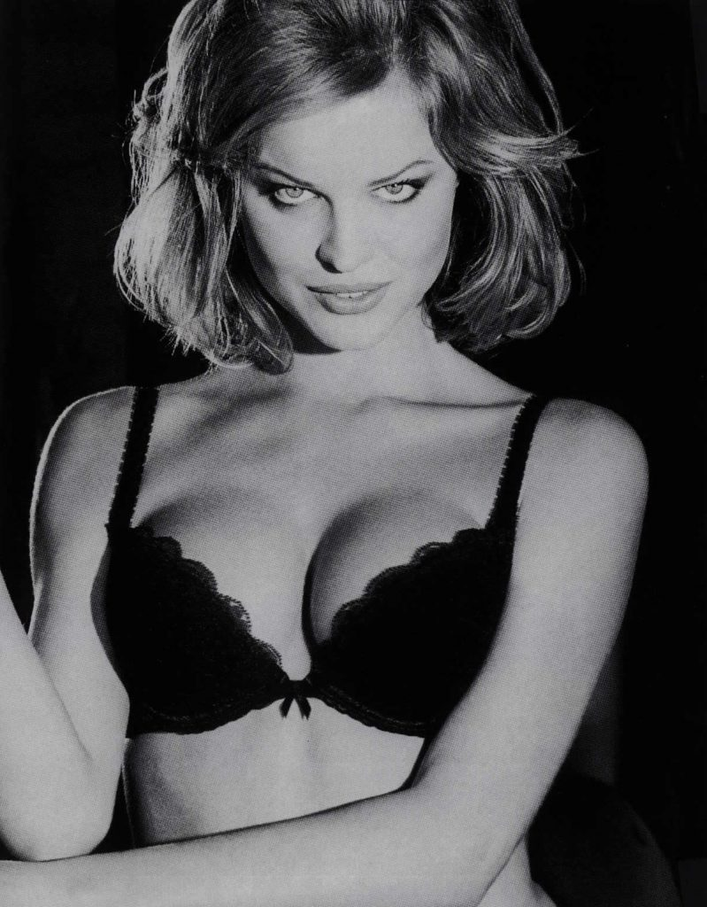 Guardami negli occhi e dimmi che mi ami. Campagna per il regiseno Wonderbra, 1994 CREDITS: immagine web