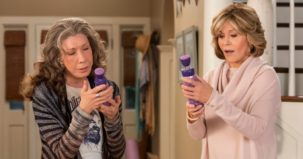 Grace and Frankie alle prese con i sex toys CREDIT: serie televisiva Netflix 2015