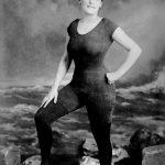 1907 - Annette Kellermann, nuotatrice professionista, attrice cinematografica e scrittrice, posa in costume da bagno. Fu arrestata e accusata di comportamento indecente