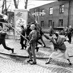 1985 - Danuta Danielsson colpisce un neonazista con la sua borsa a Växjö, in Svezia