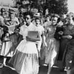 1957 - Elizabeth Eckford, 15 anni, faceva parte di un gruppo di studenti afro-americani, primi studenti neri a frequentare le lezioni. Questa foto è stata scattata il 4 settembre del 1957, dopo che le fu impedito di entrare a scuola, venne inseguita da una folla arrabbiata di bianchi