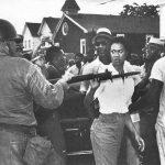 1963 - Gloria Richardson spinge via la baionetta di una guardia nazionale durante una protesta a Cambridge, Md., USA