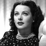 1932 - Hedy Lamarr è stata un'attrice e inventrice americana che ha rotto lo stereotipo secondo cui le belle donne non possono essere anche intelligenti. Una sua invenzione è alla base della tecnologia usata oggi nei cellulari e nelle reti wireless. Nel 1932 recitò nel film Exstase e fu la prima attrice protagonista nella storia del cinema a girare una scena completamente nuda