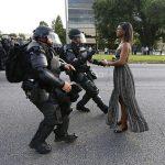 2016 - La dimostrante Ieshia Evans viene arrestata dalle forze dell'ordine vicino alla sede del Baton Rouge Police Department a Baton Rouge, Louisiana (USA), durante una dimostrazione contro l'assassinio di Alton Sterling