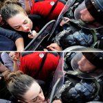 2015 - Jasmina Golubovska bacia lo scudo di un agente di polizia davanti al governo macedone a Skopje (Macedonia)