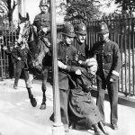1910 - La campagna per il diritto di voto alle donne viene bloccata dalla polizia. Le donne britanniche non avranno diritto di voto fino al 1928