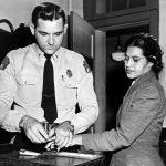 """1956 - A Rosa Parks vengono prese le impronte digitali dopo il suo arresto perché si era rifiutata di andare sul retro di un autobus """"per bianchi"""", Alabama, USA"""