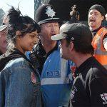 2017 - Saffiyah Khan sorride con aria di sfida ad un manifestante della English Defence League, un gruppo di estrema destra, a Birmingham. La foto è stata scattata dopo che la donna si era fatta avanti per difendere un'altra donna circondata da 25 uomini, dopo che quest'ultima aveva detto loro di essere islamofobi