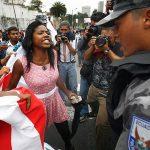 2010 - Una donna afro-ecuadoriana discute con la polizia che sorveglia una recinzione davanti all'assemblea nazionale a Quito. In occasione di una protesta contro una legge di privatizzazione delle acque che potrebbe danneggiare la popolazione indigena del paese