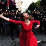 2014 - Una donna danza davanti alla polizia anti sommossa durante una dimostrazione nel quartiere di Kadikoy ad Istanbul, contro lo sgombero di un edificio occupato abusivamente