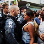 2010 - Una donna israeliana si oppone alla brutalità della polizia durante una protesta a Tel Aviv
