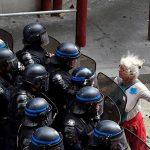 2016 - Una donna si oppone agli agenti di polizia bloccando l'accesso ad una via durante una protesta contro le riforme del lavoro proposte A Parigi