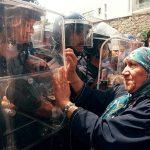 1998 - Una donna si ribella ai poliziotti durante una protesta organizzata dal Rally For Culture And Democracy (Rcd), Algeri