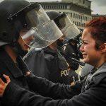 2013 - Una ragazza supplica un ufficiale di non usare la forza contro i manifestanti. Bulgaria