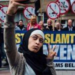 2016 - Zakia Belkhiri scatta un selfie ad una dimostrazione anti-musulmana ad Anversa, Belgio